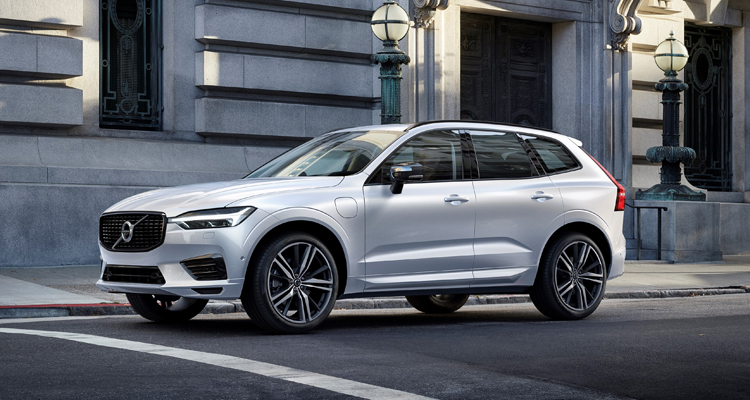 XC60 Recharge Plug-In Hybrid R-Design, in Crystal White Pearl